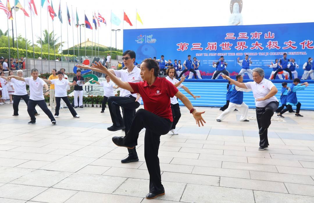 资料图:太极名家苏自芳带领弟子在第三世界太极文化节上表演八卦掌功夫。